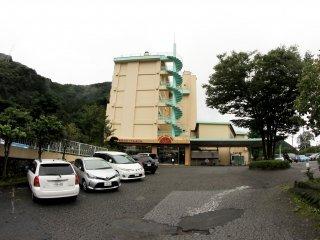 Đây là lối vào khách sạn nhìn từ phố, với một bãi đỗ xe phía trước