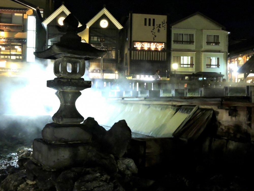 """""""Cánh đồng nước nóng"""" bao quanh bởi những tòa nhà, cửa hàng và nhà hàng."""
