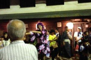 Orang-orang menggunakan kostum Harajuku dan aksesoris tari