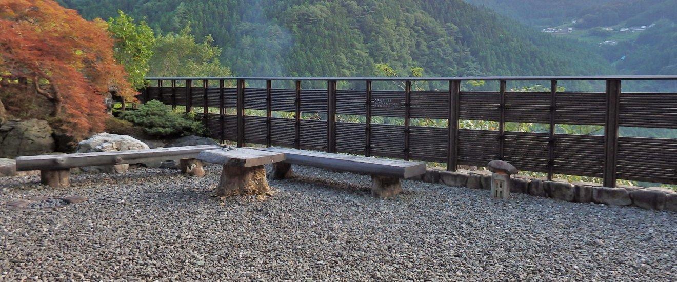 Tout en haut du téléphérique se trouve une série de bains, dont ce bain pour pieds situé dans un petit jardin donnant sur la vallée