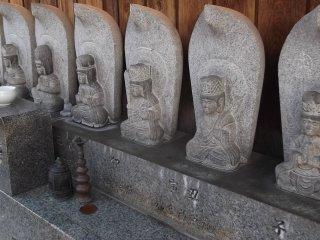 Estátuas Budistas alinham-se para lhe dar as boas-vindas