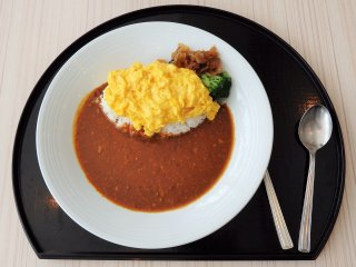 Simple dishes, like ramen and curry, are also available.