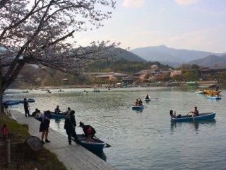 Une jolie scène à Arashiyama près du pont Togetsukyo