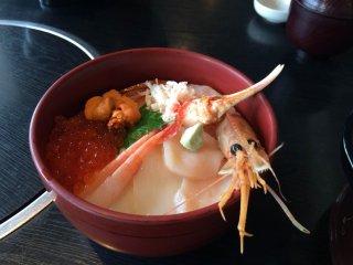 Quando se trata de comida, o inverno em Fukui significa o mais delicioso marisco do ano. Embora o caranguejo de Echizen costume roubar o centro das atenções, a prefeitura também é conhecida pelo seu delicioso camarão fresco, peixe balão, entre outros.