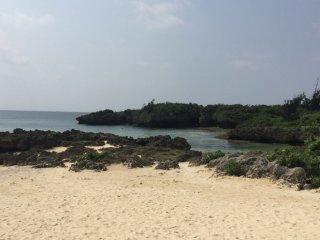 Dê um passeio na areia macia na praia em frente ao hotel