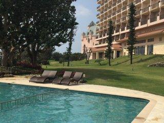 A piscina do hotel, mesmo junto à praia
