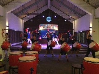 Assista a um espetáculo por percussionistas de Okinawa no palco da Aldeia