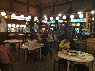 Experimente especialidades de Okinawa como goya champuru e spam musubi na Aldeia