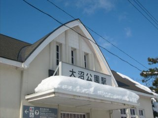 Le devant de la gare, également avec un toit solide