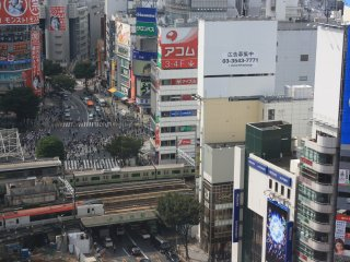 La vue du 11ème étage : Shibuya Crossing et chassé croisé de trains