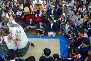 Disfrutando shishimai (baile de león) de una de las cuatro aldeas participantes