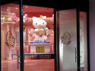 Even Kitty Shop was deserted!