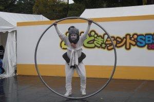 Aime Morales sur le point d'effectuer une rotation complète à l'intérieur de son grand cerceau, lors de la précédente édition de Daigogei