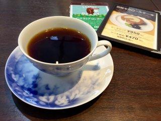 컵받침과 아름다운 컵에 나온 내 커피