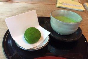 Les célèbres daifuku de Kiri no mori, servis avec du matcha