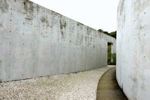 Path between the straight wall and the curved wall