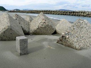 Trụ đá trạm trổ đứng giữa những dãy bê tông