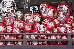 Sebuah tumpukan boneka-boneka Daruma