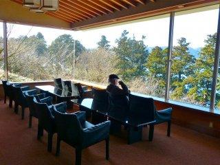 ソファでくつろぎながら芦ノ湖の眺望を楽しむ