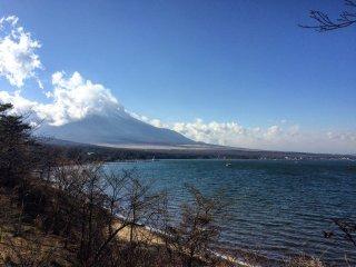 يمكن رؤية جبل فوجي من بحيرة ياماناكا.