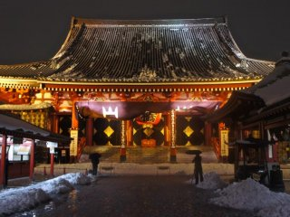 Au temple Senso-ji de Asakusa, plusieurs photographes immortalisent l'instant
