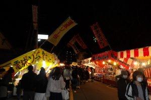 На улицах возле храма расположились яркие лотки с едой