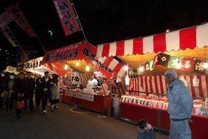 Жаренная картошка и фрукты в карамели - самые популярные угощения на фестивале