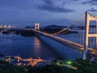 毎週土曜と特別に指定された日の夜は、橋がライトアップされる