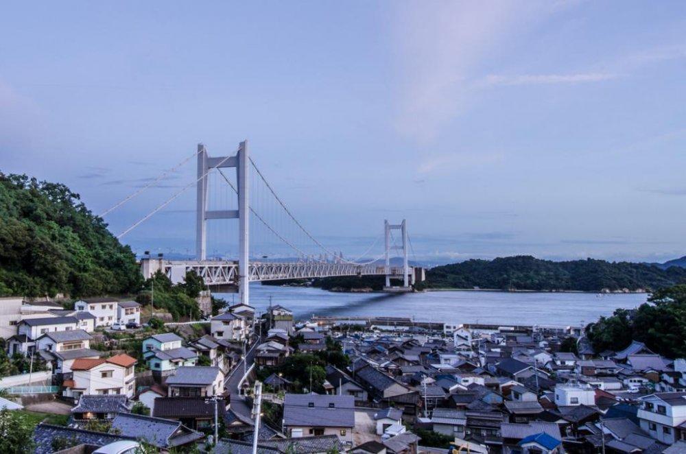 小さな下津井の町にある「風の道」から見た瀬戸大橋