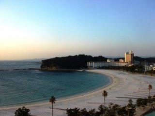 Một hình ảnh khác của bãi biển Shirahama từ ban công của khách sạn Sanrakuso