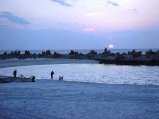 Tia nắng yếu ớt kết thúc một ngày tại bãi biển Shirahama