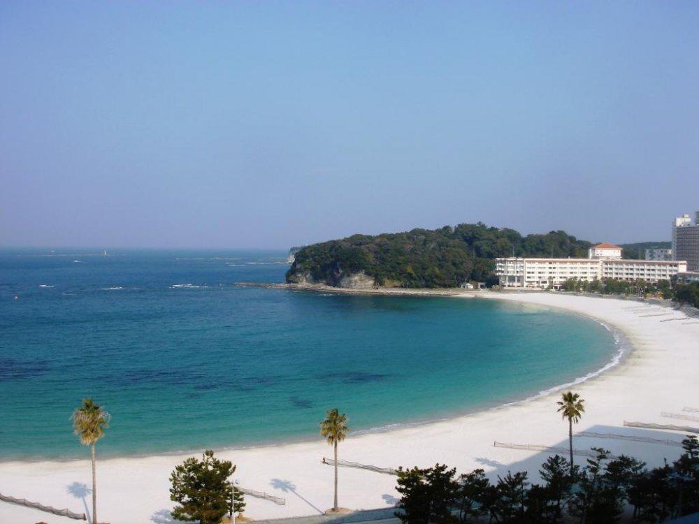 Phong cảnh bãi biển Shirahama từ ban công của khách sạn Sanrakuso