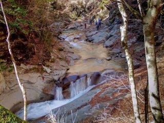 Приблизившись к первому главному водопаду под названием Санью-но-таки (三重の滝), звук ударяющейся воды будет сопровождать вас еще целый час