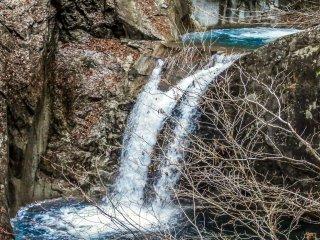 При ближайшем рассмотрении, многие водопады напоминают воду, выливаемую из кувшина