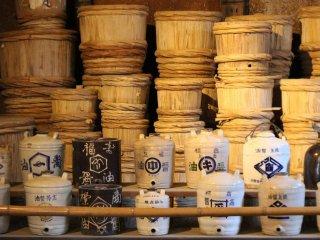 Contentores de cerâmica, etiquetas, garrafas de vidro, entre outros utensílios de suporte ao comércio podem ser encontrados no Armazém de Molho de Soja