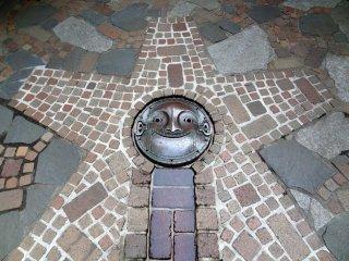 Не забывайте смотреть вниз при прогулке по всей территории музея. Вот улыбающееся лицо стратегически расположенное как отток для ручья пресной воды из ручного насоса.