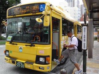 Вы не пропустите яркий общественный автобус желтого цвета в непосредственной близости от железнодорожной станции Митака, который предлагает проехать в оба конца - до и от музея Гибли (¥ 300)