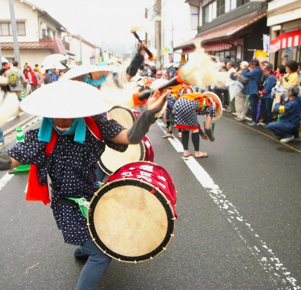 Desfile de percussionistas pelas ruas até aos campos de arroz