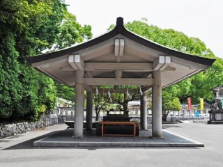 The chōzubachi (the place where you wash your hands before entering the shrine).