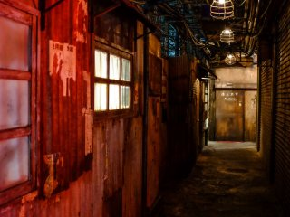 進到幽暗髒亂的巷弄中,原汁原味的九龍寨城氛圍。