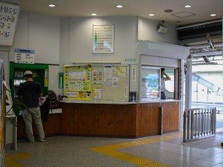Loket tiket dekat dengan gerbang stasiun