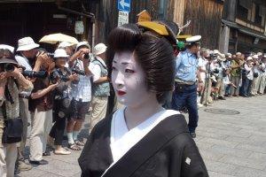 마이코가 여전히 자연적인 머리를 하고 있는 반면, 대부분의 현대 게이코들은 가발을 쓴다