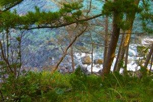 Vista da água a partir do caminho para a praia de rochas