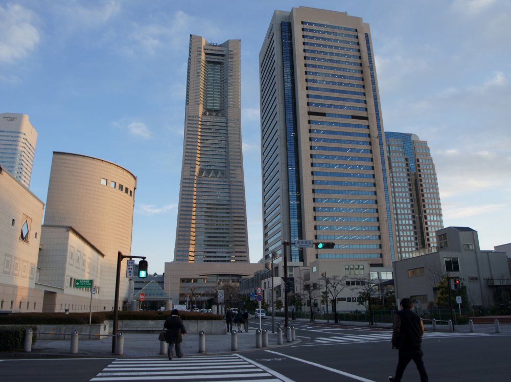 The Yokohama Landmark Tower is directly accessible from Sakuragi-cho station; it has offices up to the 48th floor, while on the floors 49-70 you can find a 5-star hotel. There is also an observatory. This view here is taken from the traffic square opposite the Yokohama Museum.