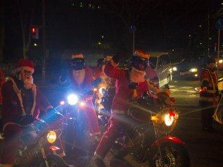 Os motoqueiros podem ter uma aparência rude, mas são simpáticos e obedecem a todas as regras de trânsito. Eles estão ali para se divertirem e para tirar fotografias.
