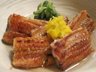 Uzakuปลาไหลญี่ปุ่นย่างเสิร์ฟพร้อมแตงกวาและน้ำส้มสายชู