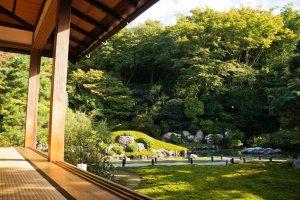 สวนและสระริวจินโน (Ryujin-no pond)ออกแบบโดย Soami ในช่วงยุคมุโรมาจิ (Muromachi era)