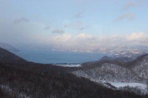 จุดชมวิวที่สามารถมองเห็นทะเลสาบToyaในมุมสูง