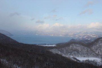 <p>จุดชมวิวที่สามารถมองเห็นทะเลสาบToyaในมุมสูง</p>