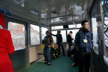 <p>ภายในรถกระเช้าสามารถจุคนได้106คน ใช้เวลา6นาทีต่อเที่ยว</p>